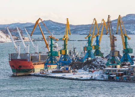 The winter seaport with ships and cranes Imagens - 124872381