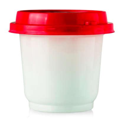 Botella de plástico con tapa roja para alimentos. Aislado en blanco. Foto de archivo