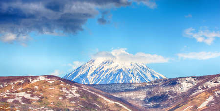 The view on active Koryaksky Volcano on the Kamchatka Peninsula 版權商用圖片