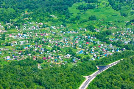 Petit village en été. Vue à vol d'oiseau
