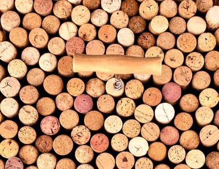 Le tire-bouchon et le bouchon de vin en arrière-plan