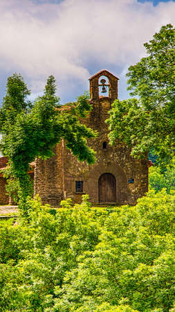 View Santa Magdalena chapel in the town of Rupit, in Catalonia, Spain. Imagens