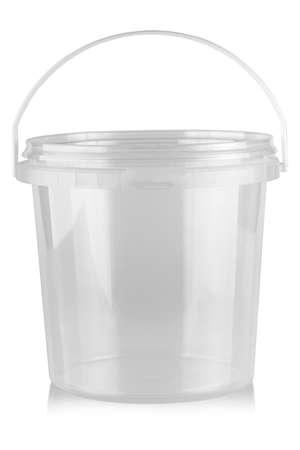 Cubo de comida de plástico vacío aislado en blanco