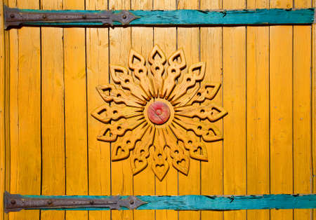 The Yellow  gate of rural house with wooden carving in Russian village. Stok Fotoğraf - 132303139