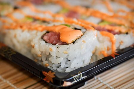 Heerlijke fastfood-sushi worden geserveerd voor lunch of diner Stockfoto