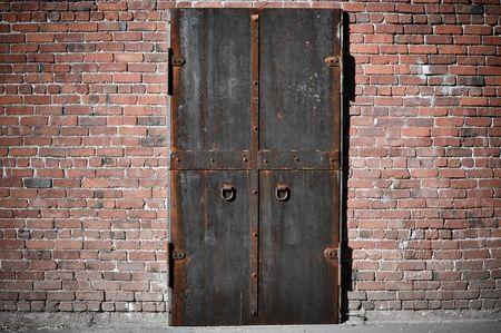 oxidado: Scary puerta de acero con ladrillo alrededor de ella