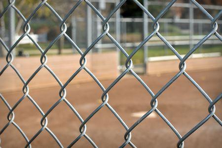 baseball dugout: Antecedentes de un dugout de b�isbol a trav�s de una valla de enlace de la cadena