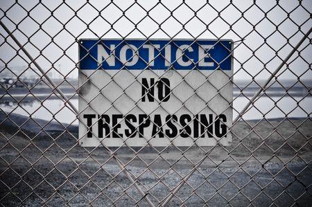 no trespassing: Dingy No pasar Sign en frente de Protected Area