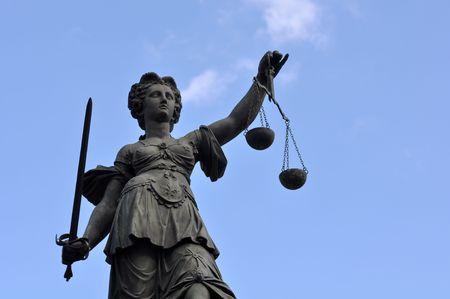 dama justicia: Estatua de Lady justicia en el centro de la ciudad de Fr�ncfort del Meno Alemania