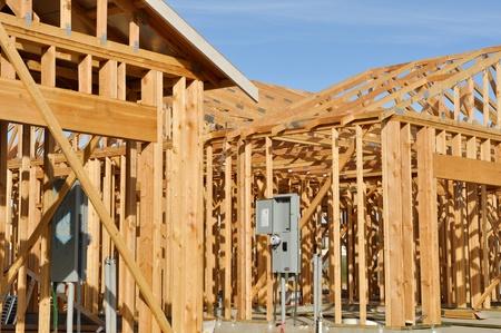 Nieuw huis in aanbouw met blauwe hemel