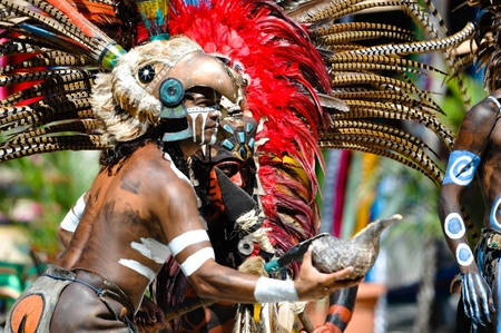 rituales: TULUM, M�xico - el 17 de febrero: Guerreros mayas en calesas vestido, realizar una antigua danza ritual en Tulum, M�xico el 17 de febrero de 2010
