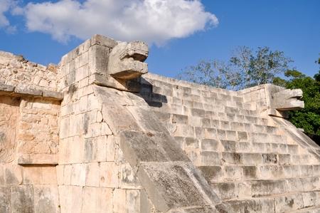 ジャガーとチチェン ・ イッツァ メキシコのマヤ遺跡でワシの寺院 写真素材