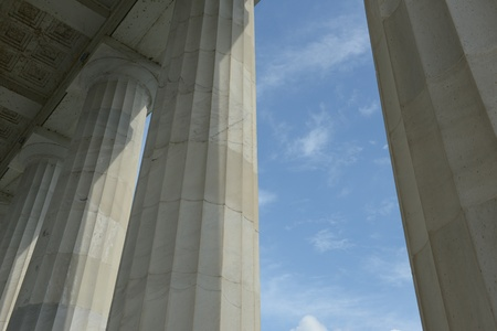 Sloupy s modrou oblohu a mraky