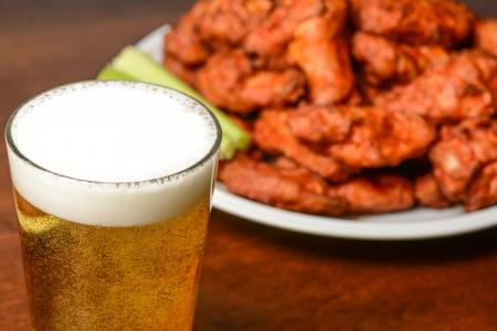 Bier en Buffalo Wings Stockfoto - 22698345