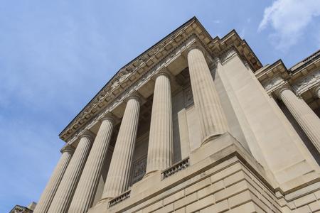 orden judicial: Pilares o columnas del cielo azul Foto de archivo
