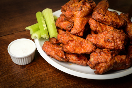 Huhn Buffalo Wings mit Sellerie-Steuerknüppel und Blue Cheese Dressing