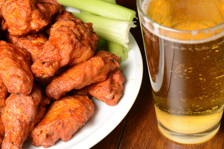 Buffalo Wings with Celery Sticks and Beer Stockfoto