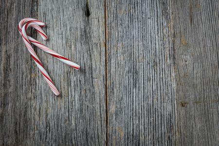 Candy Cane sur fond en bois rustique