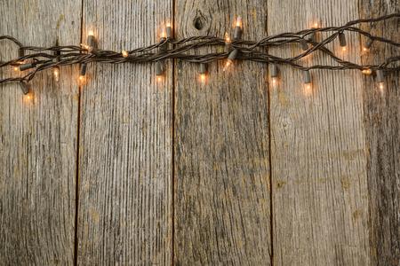 소박한 나무 배경에 Whiite 크리스마스 트리 조명