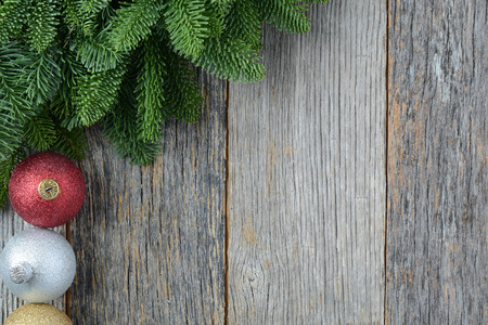 Natale aghi di pino e ornamenti su un fondo rustico di legno