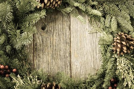 madera r�stica: Corona de Navidad con el fondo de madera r�stica