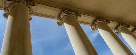 ley: Pilares de la ley y la justicia con el cielo azul