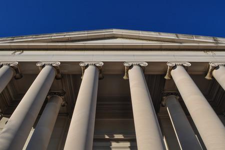 orden judicial: Pilares o columnas del cielo azul Editorial