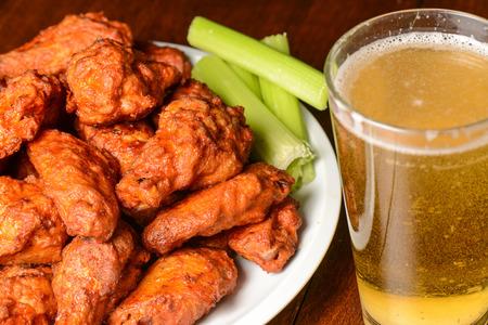 Buffalo Wings con palitos de apio y la cerveza
