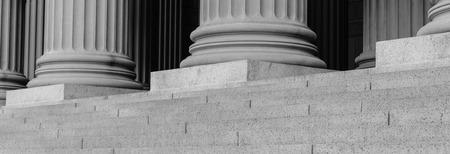 Säulen und Stufen in Schwarz und Weiß