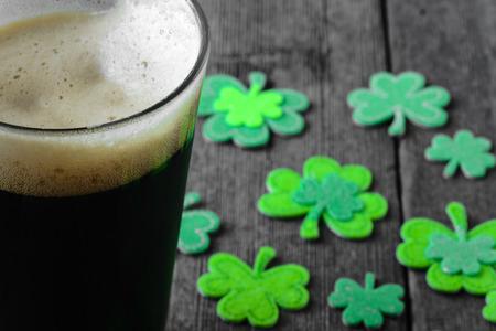 Pint van Stout Bier met Groene Klaver Stockfoto - 35395326