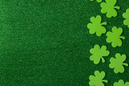 녹색 클로버 또는 녹색 배경에 Shamrocks 성 패트 릭의 날 휴일에 대 한 배경