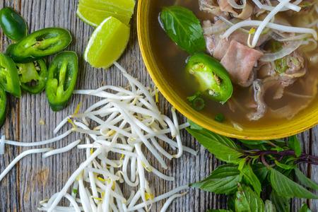Pho Vietnamese rundvlees soep op een houten achtergrond Stockfoto