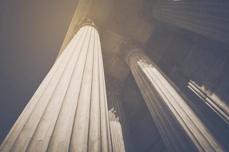 gerechtigkeit: Säulen im Retro Instagram Stil