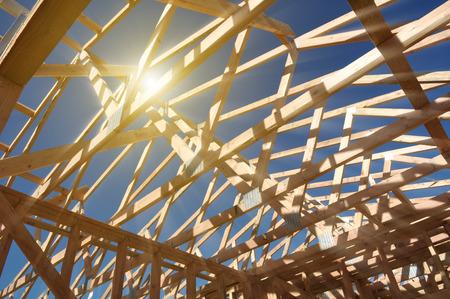 marco madera: Nuevo hogar bajo construcción con la luz del sol
