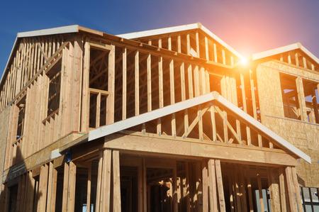 Casa en construcción con luz del sol Foto de archivo