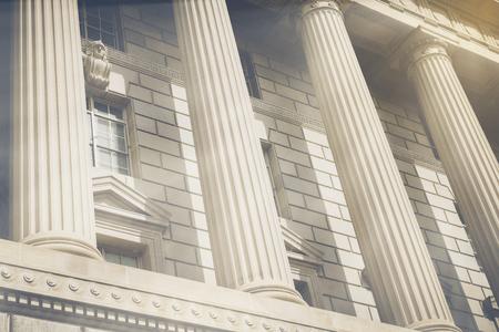 colegios: Pilares y escaleras de un palacio de justicia con el filtro de estilo de la vendimia
