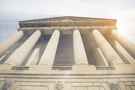 빈티지 스타일 필터가있는 법원의 기둥과 계단