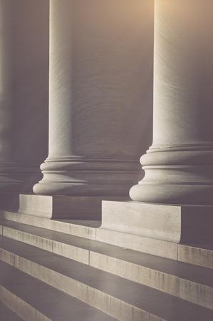 justicia: Pilares y escaleras de un palacio de justicia con el filtro de estilo de la vendimia