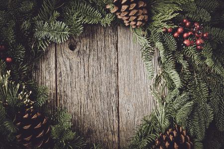 Guirlande de Noël avec le fond en bois rustique