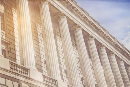 ley: Pilares y escaleras de un palacio de justicia con el filtro de estilo de la vendimia