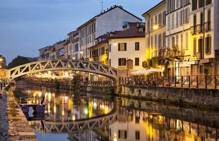 ミラノ、イタリアで夜ナヴィーリオ グランデ運河を渡る橋