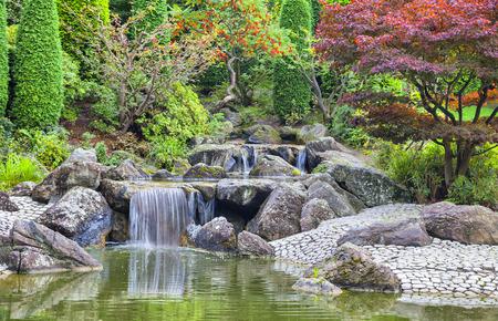 ボン、ドイツで日本庭園のカスケード滝