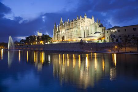 夕方、スペインのパルマ ・ デ ・ マヨルカ大聖堂