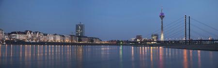 デュッセルドルフのライントゥーム タワーと Rheinkniebrucke 橋の夜景 写真素材