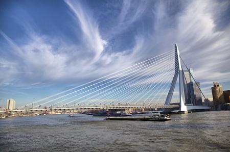 Nieuve マース川、ロッテルダム、オランダのロッテルダムのエラスムス橋 写真素材