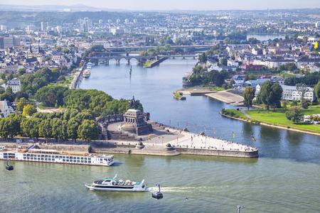 Německý roh (Deutsches Eck) - památka na soutoku Rýna a Mosel řeky ve městě Koblenz, Německo