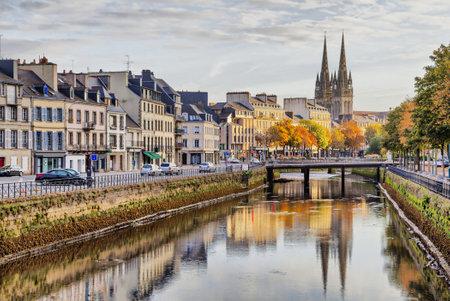 Embankment de la rivière Odet et la cathédrale de Saint-Corentin reflétant dans la rivière, Quimper, Bretagne, France Banque d'images - 32478217