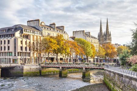 Odet カンペール、ブルターニュ、フランスで川に架かる橋します。