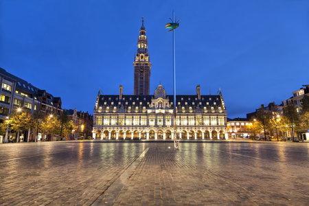Ladeuzeplein met de bouw van de universiteitsbibliotheek van Leuven in de avond