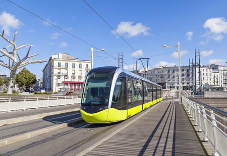 ブレスト、ブルターニュ、フランスの通りで黄色の路面電車 写真素材